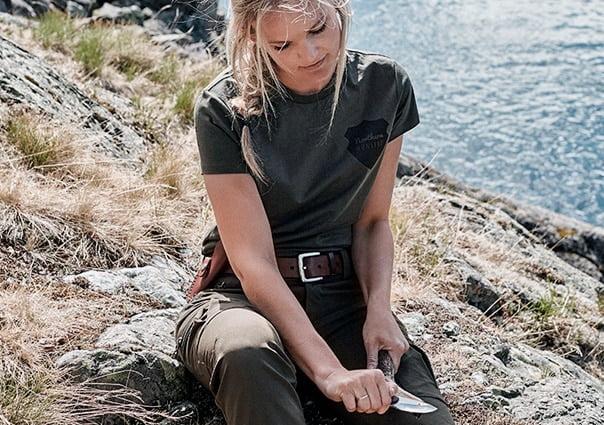 Kvinde i outdoor tøj